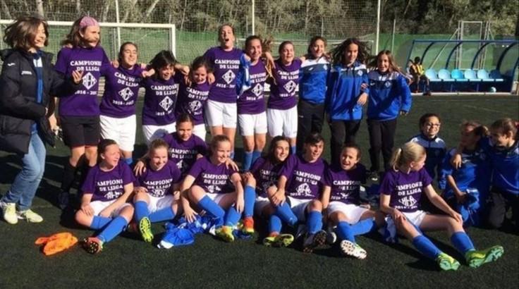 las-ninas-del-infantil-del-aem-lleida-celebran-titulo-liga-conquistado-contra-equipos-masculinos-1491150931197